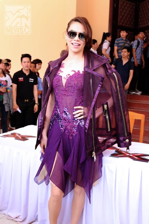 Nữ ca sĩ diện trang phục màu tím rất bắt mắt và thời trang - Tin sao Viet - Tin tuc sao Viet - Scandal sao Viet - Tin tuc cua Sao - Tin cua Sao