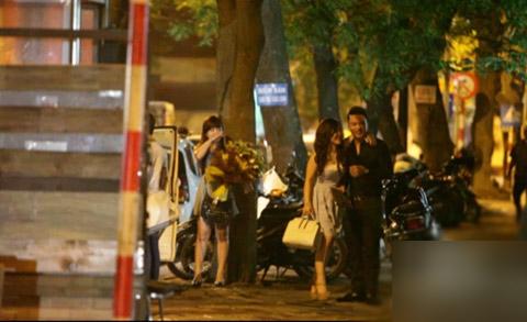 """Cả hai khoác vai """"tình tứ"""" với nhau trong lúc đang chờ xe."""