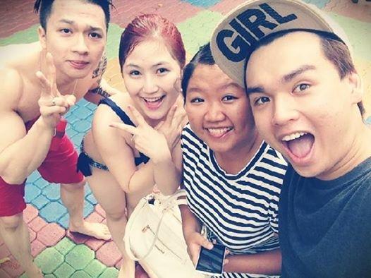 Hương Tràm cùng bạn trai và các bạn đi chơi công viên nước.