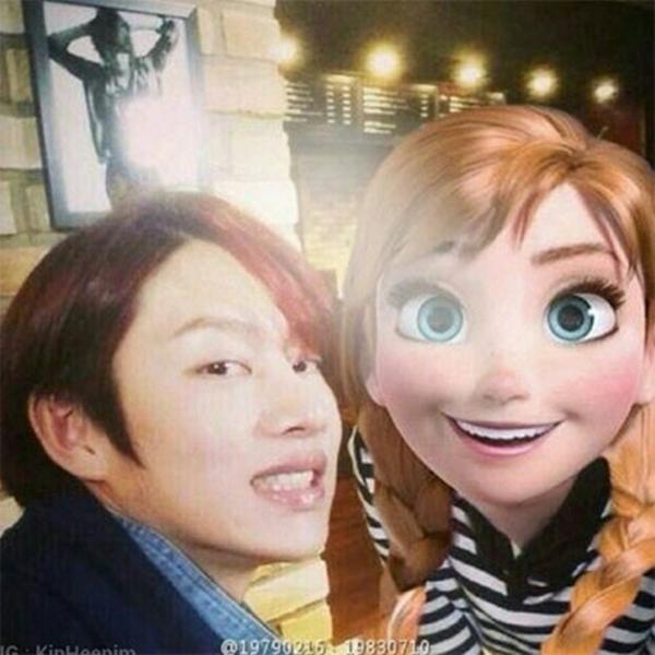"""Heechul của Super Junior vẫn còn trong cơn """"cuồng"""" Frozen: """"Này, làm thế nào để bạn thực hiện những điều như thế này? Kekeke Hrm ... đầu của Anna là một chút lớn. """""""
