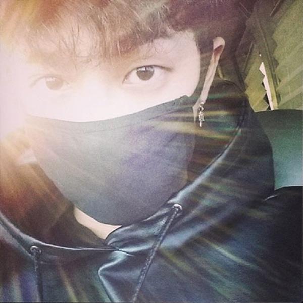 """Lee Gi Kwang của B2STkhoe bức ảnh chụp dưới ánh nắng mặt trời: """"Tôi không thêm một hiệu ứng nào mà chỉ là ánh sáng mặt trời tự nhiên đó. Haha. Hiệu ứng hào quang tự động"""""""