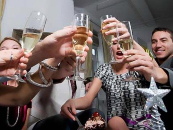 7 tuyệt chiêu giúp phái đẹp sống sót sau những bữa tiệc tại gia