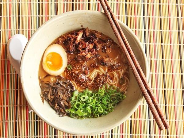 16. Thịt lợn chiên giòn xắt nhỏ tạo nên hương vị lạ cho món Miso Ramen.