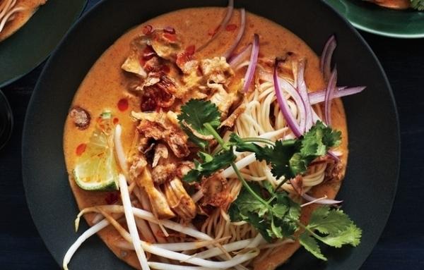 4. Gà Khao soivới nước sốt cà ri hấp dẫn.