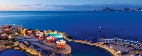 Những chiếc bàn xinh xắn đặt giữa các tảng đá lớn nhìn ra biển xanh ngắt một màu.