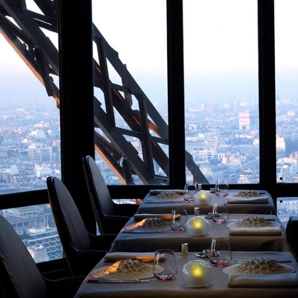 Nhà hàng tọa lạc trên tháp Eiffel với độ cao lý tưởng giúp thực khách ngắm nhìn toàn bộ phong cảnh của thủ đô.