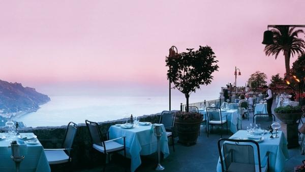 Ngoài thiết kế sang trọng, nhà hàng còn tạo điều kiện cho thực khách có dịp ngắm cảnh tuyêt đẹp khi xây dựng trên khu vực đồi cao.