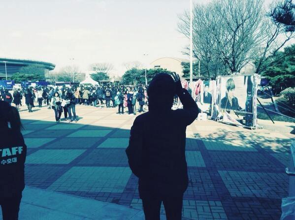Himchan (B.A.P) đăng tải hình ảnh anh ấy đi xung quanh nơi tổ chức concert của nhóm và xem các bạn fan đang làm gì cho mình?