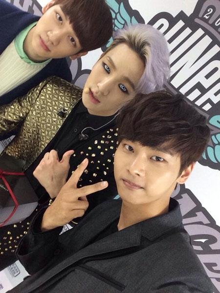 Bên cạnh đó, anh chàng còn đăng tải hình ảnh chụp cùng Key (SHINee) trong concert