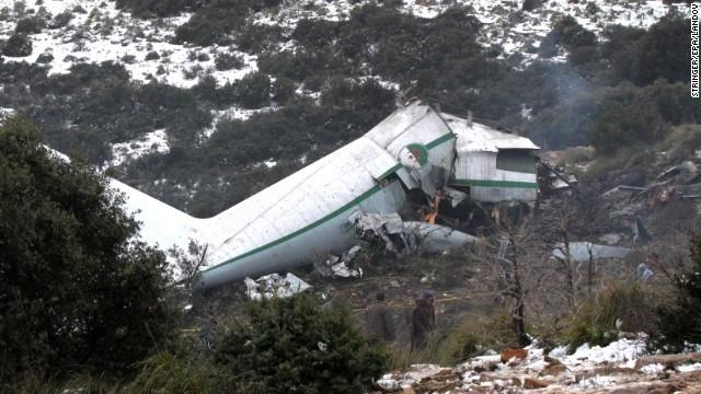 Máy bay quân sự Algeria vỡ và bốc cháy sau khi đâm vào núi. Ảnh: EPA.