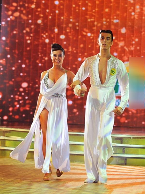 Tại Bước nhảy hoàn vũ 2011, trong một đêm thi, Thanh Thúy táo bạo diện chiếc váy trắng xẻ nhiều mảnh, khi thể hiện động tác co chân, gần như toàn bộ vòng 3 của nữ diễn viên đã bị phô ra.
