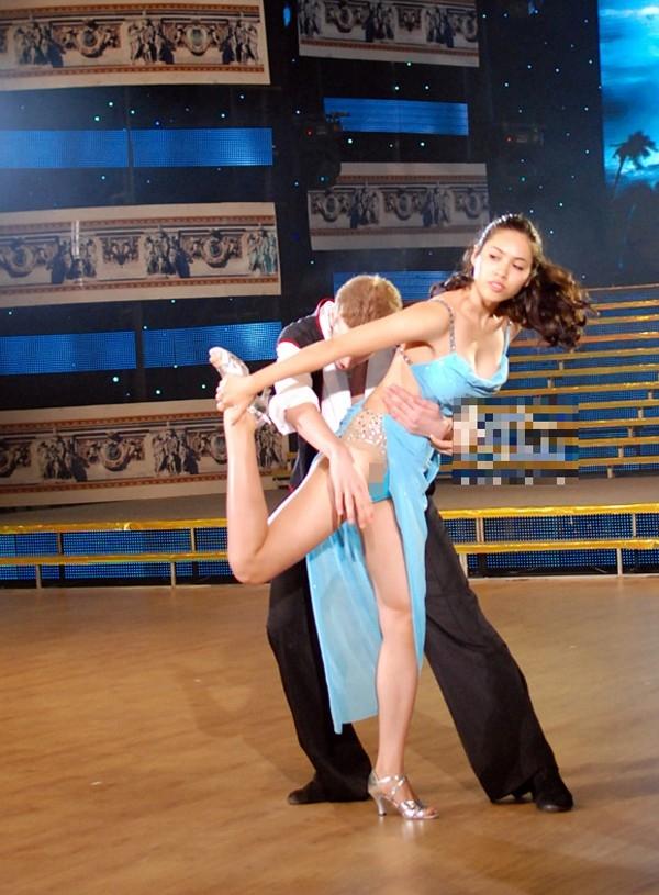 """Mở màn cho đêm thi thứ 3 của Bước nhảy hoàn vũ 2012, Á hậu Hoàng My sung sức với từng động tác nhảy và vô tình để lọt khoảnh khắc """"ngượng chín mặt"""" khi trang phục quá nhỏ khiến cô bị lộ hàng."""