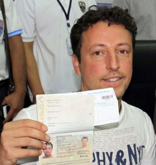 Luigi Maraldi đưa ra hộ chiếu mới. Anh từng mất hộ chiếu hồi tháng 7/2013 trong cuộc họp báo tại Thái Lan ngày 9/3. Một hành khách đã dùng hộ chiếu cũ của Luigi để mua vé cho chuyến bay MH370. Ảnh: EPA.