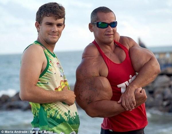 Choáng với người đàn ông bất chấp nguy hiểm để có được cơ bắp khủng