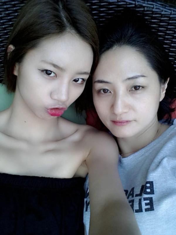 """"""" Hyeri của Girl's Day đã đăng tải một bức hình cô chụp với mẹ mình. Điều này làm cho fan khá bất ngờ vì mẹ của cô trông khá trẻ và hai mẹ con Hyeri rất giống nhau."""