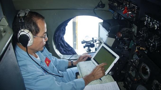 Thượng tá Dương Văn Lanh đang thực hiện công tác dẫn đường cho máy bay AN 26 số hiệu 261 bay vào vùng tìm kiếm mới trên chuyến bay sáng nay - Ảnh: Viễn Sự
