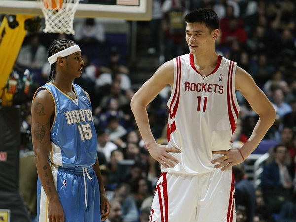 """""""Người khổng lồ"""" Yao Ming khiến cả thế giới trở nên nhỏ bé"""