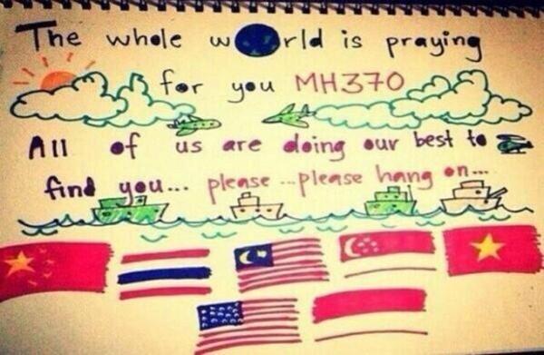 """Bức ảnh với dòng chữ """"Cả thế giới đang cầu nguyện cho MH370. Chúng tôi đang cố gắng hết sức tìm kiếm các bạn. Xin hãy kiên trì đợi """" - Ảnh: Twitter"""