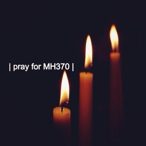 """Bức ảnh với những ngọn nến và dòng chữ """"Tôi đang cầu nguyện cho MH370"""" - Ảnh: Twitter"""