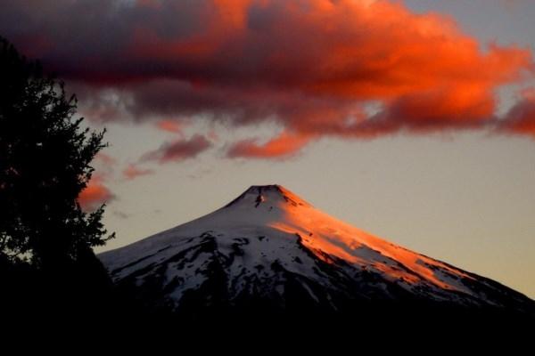 Núi lửa Villarrica đẹp tuyệt vời trong ánh hoàng hôn