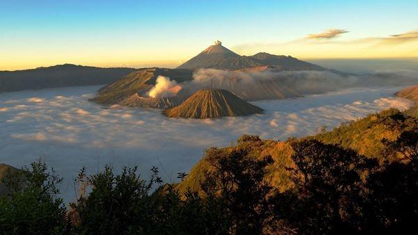 Indonesia nổi tiếng với các ngọn núi lửa và Bromo là một trong những núi lửa đẹp nhất của nước này.