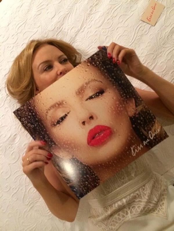 Kylie Minogue rất thích thú với ảnh bìa album của cô.
