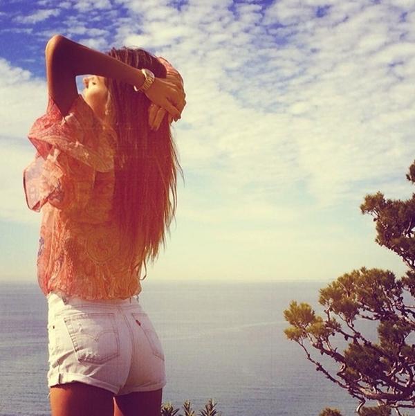 """Alessandra Ambrosio đang """"trầm mình"""" dưới những tia nắng, cô tỏ ra rất thoải mái với không khí bình yên quanh mình."""