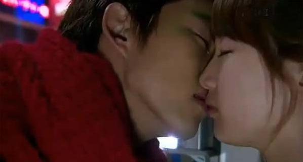 """Suzy có vẻ """"miễn cưỡng"""" khi Taecyeon trao nụ hôn trong Dream High"""