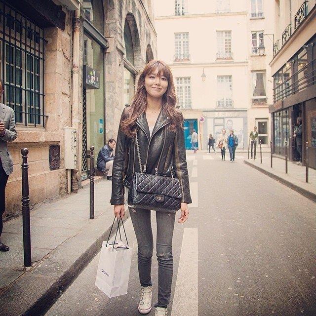 Cũng trong buổi tối, Sooyoung đăng lại hình ảnh cũ khi đi chơi ở Paris, Pháp