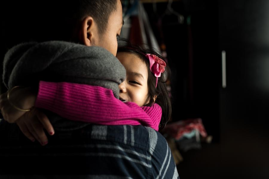 Gia đình kỳ lạ của ông bố 27 tuổi và bé gái nhiễm HIV