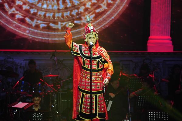 Mở màn chương trình, Kasim Hoàng Vũ thể hiện một sáng tác mới của nhạc sĩ Lê Quang mang tên Linh thiêng Việt Nam.