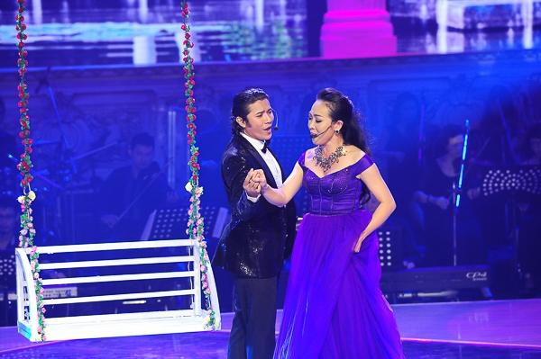 Kasim Hoàng Vũ song ca với Giám khảo Ngọc Tuyền trong ca khúc Là ci Darem La Mano – Hãy đưa tay cho anh trích vở operaDon Giovanni.