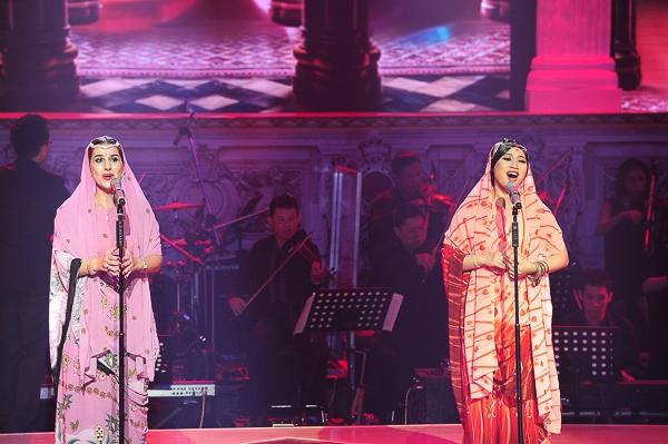 Khánh Linh song ca với Giám khảo Evelina qua ca khúc Flower Duet – Bài ca hoa. Ca khúc này trích vở operaLakmé.