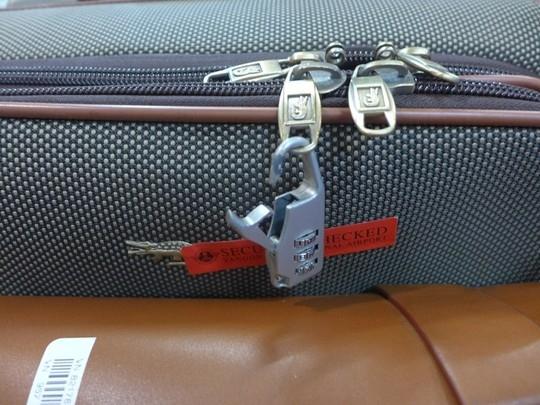 Cận cảnh chiếc khoá vali bị gãy của chị Ngô Thị Hằng