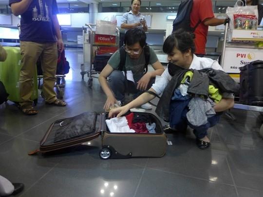 Chị Hằng và người thân kiểm tra lại hành lý trong vali