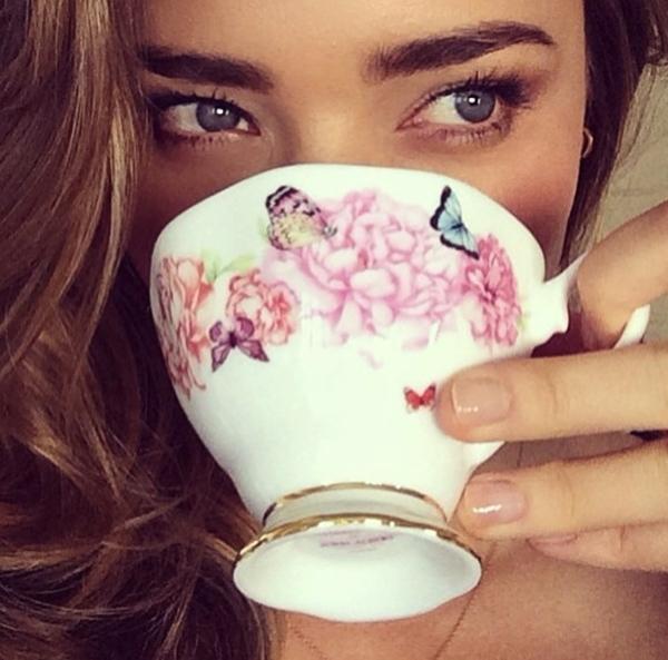 Miranda Kerr vẫn cuốn hút và đầy sức quyến rũ dù cho cô chỉ đang uống trà.