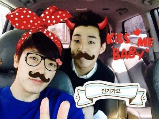Donghae nhí nhố chụp hình cùng Henry khi đang trên đường đến trường quay SBS để tham gia Inkygayo