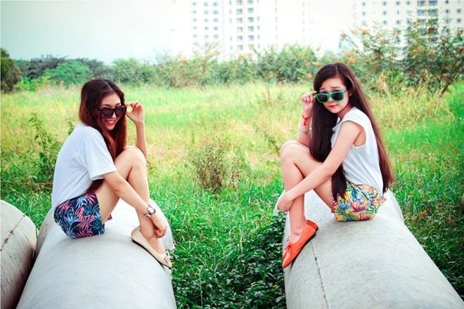 Ngày 1/4 năm nay Tam Triều Dâng và chị gái cùng tham dự bô phim sitcom tại trường quay nên sẽ không sợ bị người khác nói dối. (Ảnh: FBNV)