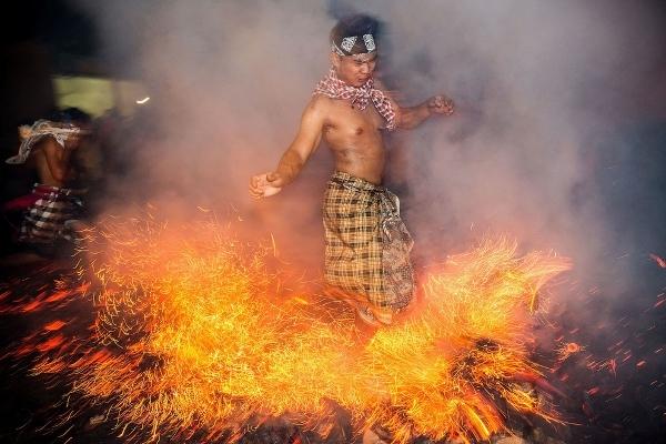 Một anh chàng nhiệt tình thể hiện vũ điệu cùng lửa.