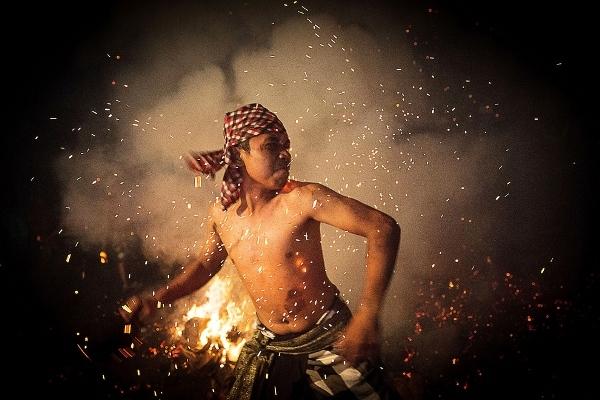 Anh chàng này đang cố gắng ném vỏ dừa đang cháy vào những người khác cùng tham gia lễ hội.
