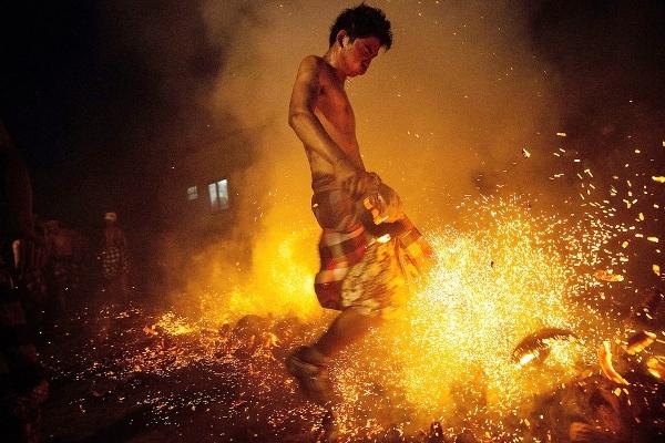 """Những người đàn ông được ví như """"mình đồng da sắt"""" không biết sợ lửa là gì."""