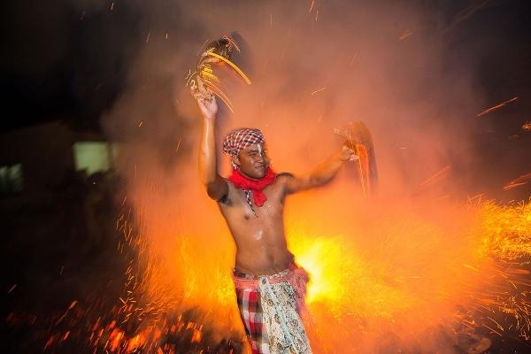 Lạ lùng lễ hội ném lửa truyền thống trên đảo Bali