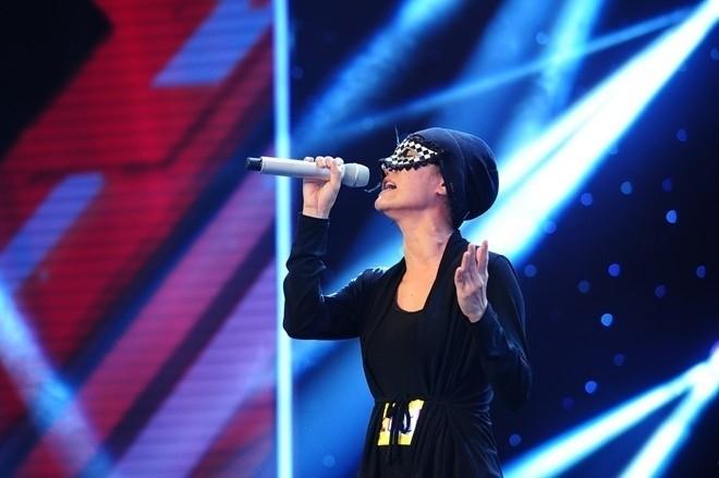 """Anh Thúy """"đội lốt"""" Huyền Minh cùng chiếc mặt nạ bí ẩn trên sân khấu X-Factor phiên bản Việt"""