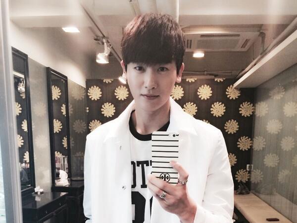 """Park Hyung Sik (ZE:A) đăng hình tự sướng qua gương với nội dung : """"Ngày mùa xuân"""""""