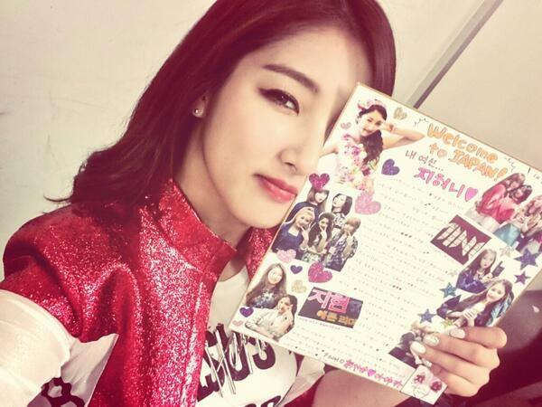 Nam Ji Hyun (4minute) khoe hình ảnh quà của fan tặng khi nhóm đang đang tham gia chương trình Mnet's M COUNTDOWN - No.1 Artist of Spring 2014 tại Nhật