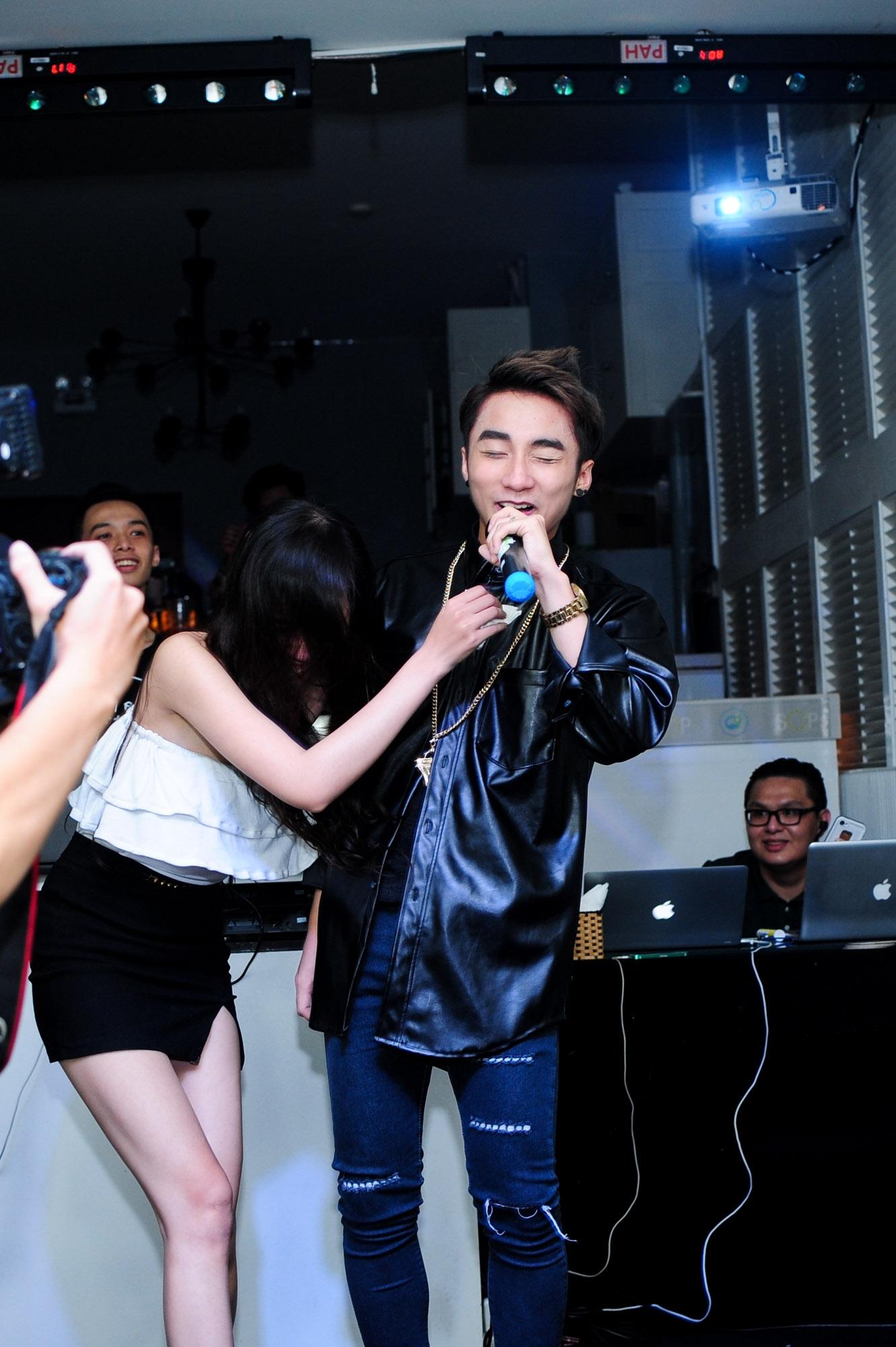 Trong lúc Sơn Tùng trình diễn Em của ngày hôm qua thì bất ngờ có một fan nữ chạy lên sân khấu ôm hôn anh chàng, khiến Sơn Tùng cười tít mắt vì bất ngờ.