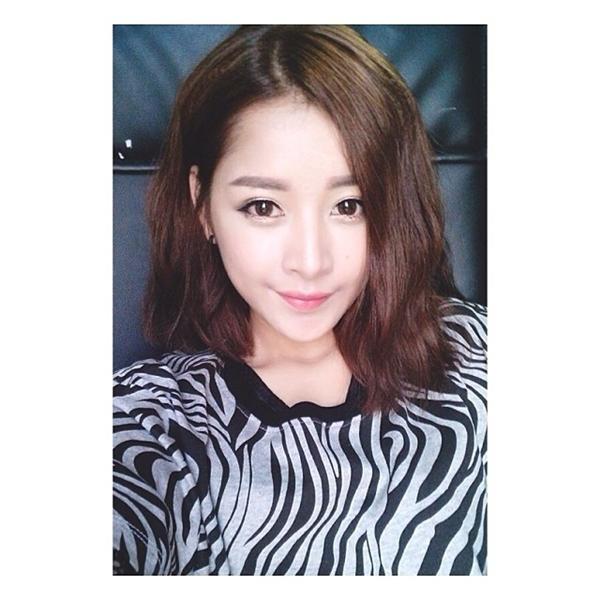 """Là một cô nàng năng động, Chi Pu thường xuyên thay đổi hình tượng để không gây nhàm chán trong mắt người hâm mộ. Cô nàng đã """"tạm biệt"""" mái tóc dài và """"đến"""" với mái tóc ngắn cá tính này."""