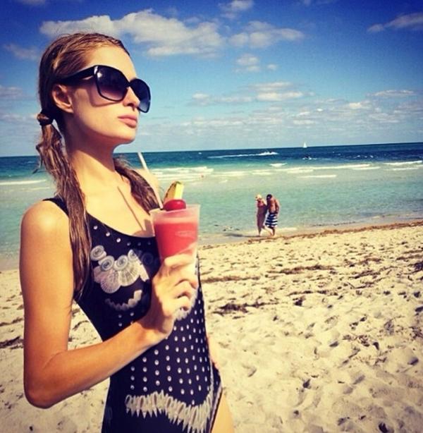 Paris Hilton đã bắt đầu kì nghỉ hè của mình tại một bãi biển xinh đẹp.