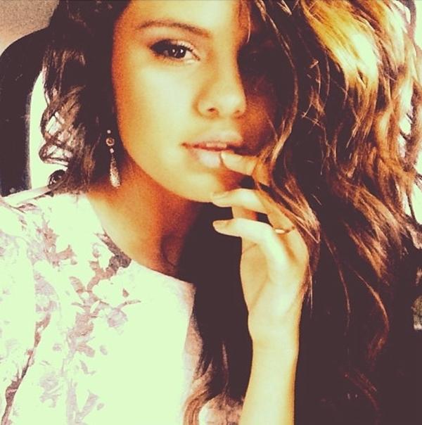 Có vẻ Selena Gomez trở nên già dặn hơn trong cách ăn mặc và kiểu tóc này của cô.