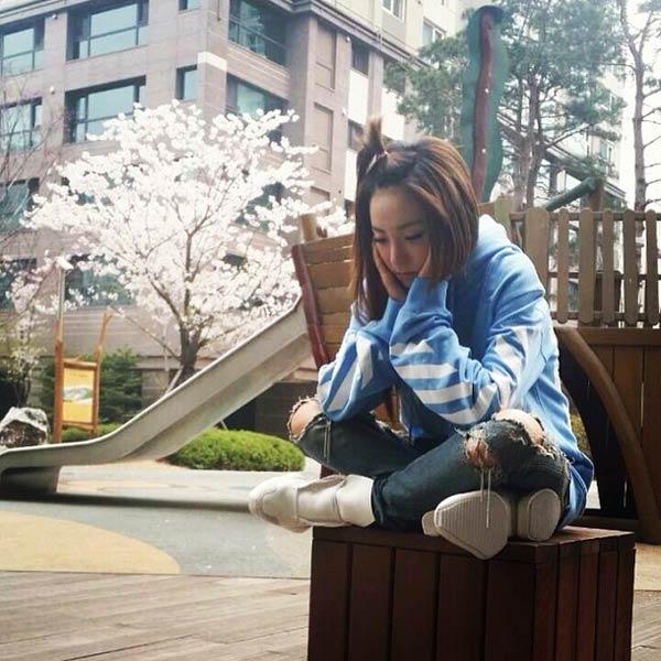 Dara rất hình tâm trạng khi ngồi giữa công viên